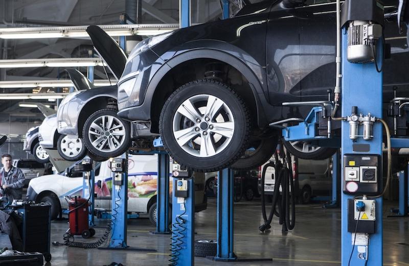 自動車整備工場に大型ストーブ! 寒さ対策で作業効率もアップ!