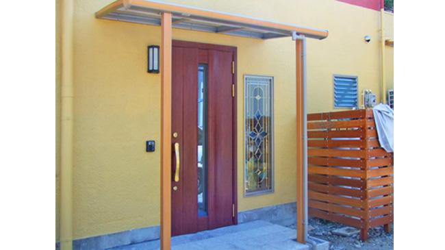 新築の玄関 ステンドグラス入りドア